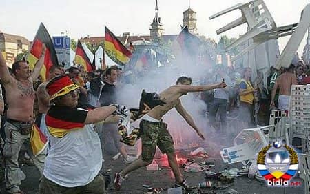 Немецкие фанаты забросали итальянских болельщиков макаронами
